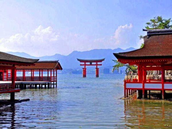 神々と共に生きる宮島の紅葉は圧巻!自然に触れる旅